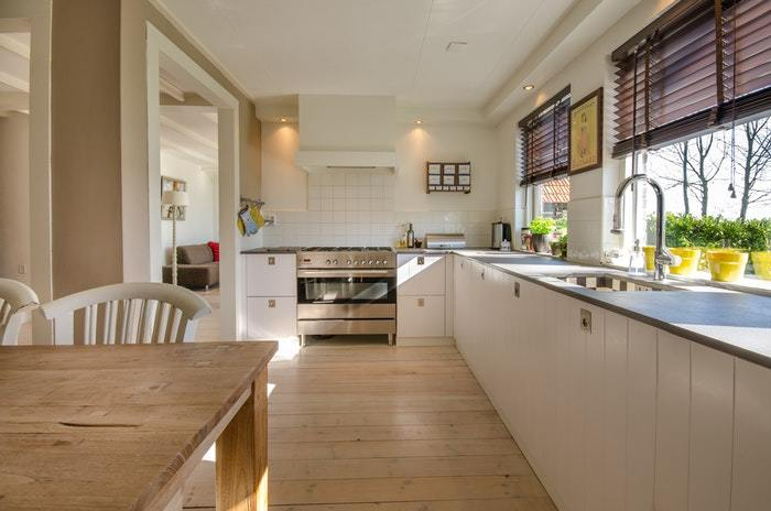 a clean kitchen that uses a kitchen cleaning checklist
